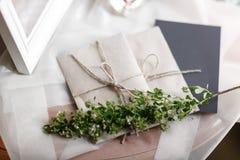 Mañana de la boda Detalles nupciales ciérrese encima de los accesorios de la mujer de la visión Fotos de archivo