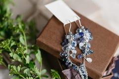 Mañana de la boda Pendientes hermosos azules de la novia que se casan los detalles ciérrese encima de los accesorios de la mujer  Foto de archivo