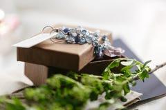 Mañana de la boda Pendientes hermosos azules de la novia que se casan los detalles ciérrese encima de los accesorios de la mujer  Imágenes de archivo libres de regalías