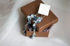 Mañana de la boda Pendientes hermosos azules de la novia que se casan los detalles ciérrese encima de los accesorios de la mujer  Imagen de archivo libre de regalías