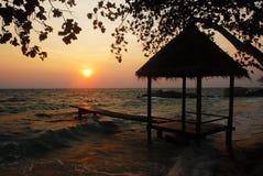 Mañana de la choza de la isla de la silueta Foto de archivo