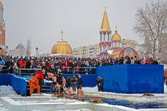 Mañana de la epifanía (Kreshchenya) cerca de la catedral de Svjato-Pokrovskiy, Kiev, Ucrania Foto de archivo