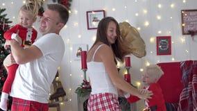 Mañana de la Navidad Baile joven de la familia cerca del árbol de Navidad almacen de video