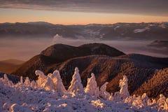 Mañana de la salida del sol en los valles Foto de archivo libre de regalías