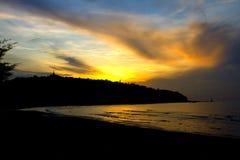 Mañana de la salida del sol de la silueta de la playa de Krut de la prohibición Foto de archivo libre de regalías