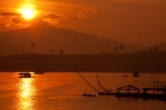 Mañana de la salida del sol sobre el río. Fotos de archivo libres de regalías