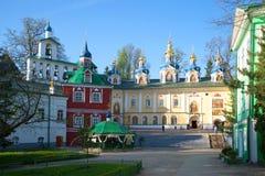 Mañana de mayo en el monasterio santo de Dormition Pskovo-Pechorsky Imagenes de archivo