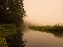 Mañana de niebla abajo por el agua Fotografía de archivo libre de regalías