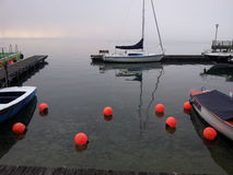 Mañana de niebla de un lado del lago Imágenes de archivo libres de regalías