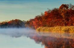 Mañana de niebla del otoño Amanecer en el río tranquilo brumoso Fotografía de archivo libre de regalías