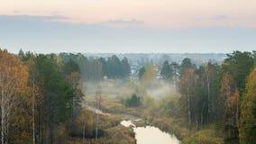 Mañana de niebla del otoño en el río del bosque, Rusia, Ural Foto de archivo