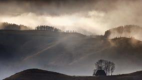 Mañana de niebla en la choza de los sheepherders Fotografía de archivo