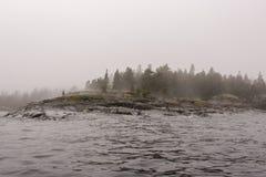 Mañana de niebla fría de la primavera septentrional en el lago Ladoga fotografía de archivo