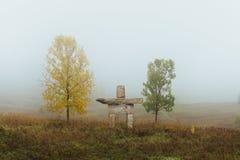 Mañana de niebla Inukshuk Imagen de archivo libre de regalías
