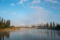 Mañana de niebla sobre la charca de enfriamiento y la central nuclear foto de archivo libre de regalías