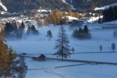Mañana de niebla y fría en el valle cerca de Seefeld fotos de archivo