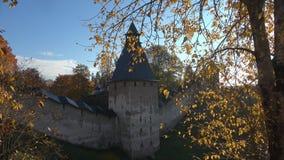 Mañana de octubre en el monasterio santo antiguo de Dormition Pskov-Pechersk Rusia almacen de video