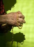 Mañana de oración de la mujer mayor Fotos de archivo