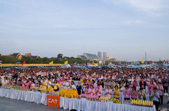 Mañana de oración en Sanam Luang en Bangkok Imagenes de archivo