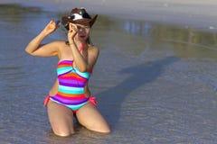 Mañana del bikini del sex symbol de la forma de la mujer en la playa Fotografía de archivo libre de regalías