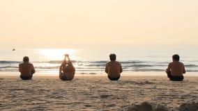 Mañana del ejercicio de la gente en la playa metrajes
