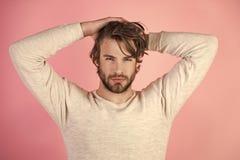Mañana del hombre Hombre soñoliento con la barba en fondo rosado fotos de archivo