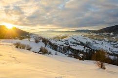 Mañana del invierno de la luz del sol del amanecer Una vista de las montañas del invierno Wi Fotos de archivo libres de regalías