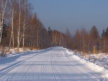 Mañana del invierno en el camino de madera Imagenes de archivo