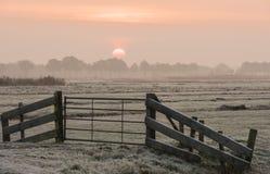 Mañana del invierno en Giethoorn con la puerta Imagenes de archivo