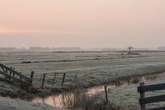 Mañana del invierno en Giethoorn con las cercas Imagen de archivo