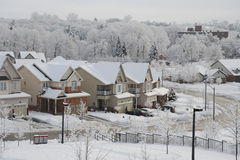 Mañana del invierno en la pequeña ciudad Fotos de archivo libres de regalías