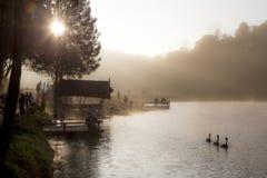 Mañana del invierno en Pang Ung, Mae Hong Son, Tailandia Foto de archivo