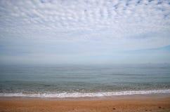 Mañana del mar con neblina fotografía de archivo libre de regalías