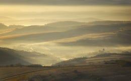 Mañana del otoño con la niebla y el sol que se levantan sobre un moun Fotografía de archivo libre de regalías