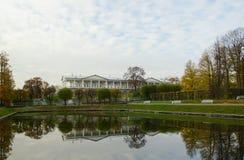 Mañana del otoño en Catherine Park en Tsarskoye Selo fotos de archivo libres de regalías