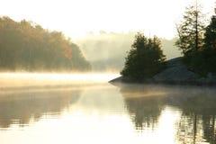 Mañana del otoño en un lago norteño imagenes de archivo