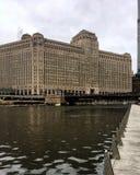 Mañana del río Chicago en enero en invierno imagenes de archivo
