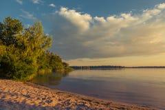 Mañana del verano en el riverbank imagenes de archivo