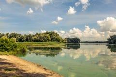 Mañana del verano en el riverbank foto de archivo