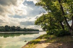 Mañana del verano en el riverbank fotografía de archivo libre de regalías