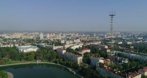Mañana del verano en Minsk Tiro aéreo de la capital de Bielorrusia, opinión de centro de ciudad del abejón del área de vivienda,  almacen de metraje de vídeo