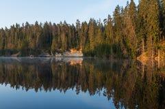 Mañana del verano por el río imagen de archivo