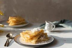 Mañana, desayuno - las crepes rusas tradicionales del blini, los crespones franceses azotaron la crema, flor de la mimosa imagen de archivo