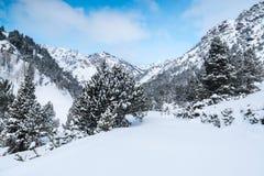 Mañana después del nevadas en las montañas de Ordino en Andorra Imágenes de archivo libres de regalías