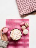 Mañana dulce con latte y macarrones fotografía de archivo
