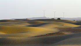 Mañana en desierto y molinoes de viento Fotos de archivo