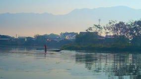 Mañana en el lago de la montaña, Nyaungshwe, Myanmar almacen de metraje de vídeo