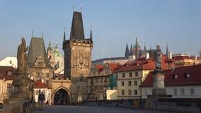 Mañana en el puente de Charles Vista de la torre vieja del puente de la ciudad Praga, República Checa metrajes