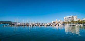 Mañana en el puerto de St Antoni de Portmany, ciudad de Ibiza, Balearic Island, España Imagen de archivo libre de regalías