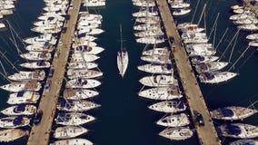 Mañana en el puerto deportivo griego, Atenas, el mar Mediterráneo Aero- tiroteo video Muchos diversos yates, catamaranes metrajes